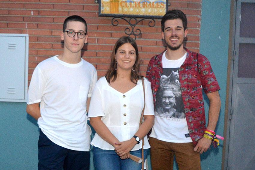 Tres joves artistes nonaspins orgullosos del seu art
