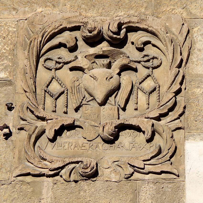 Les inscripcions a l'escut de l'antic convent dels agustins de Fraga