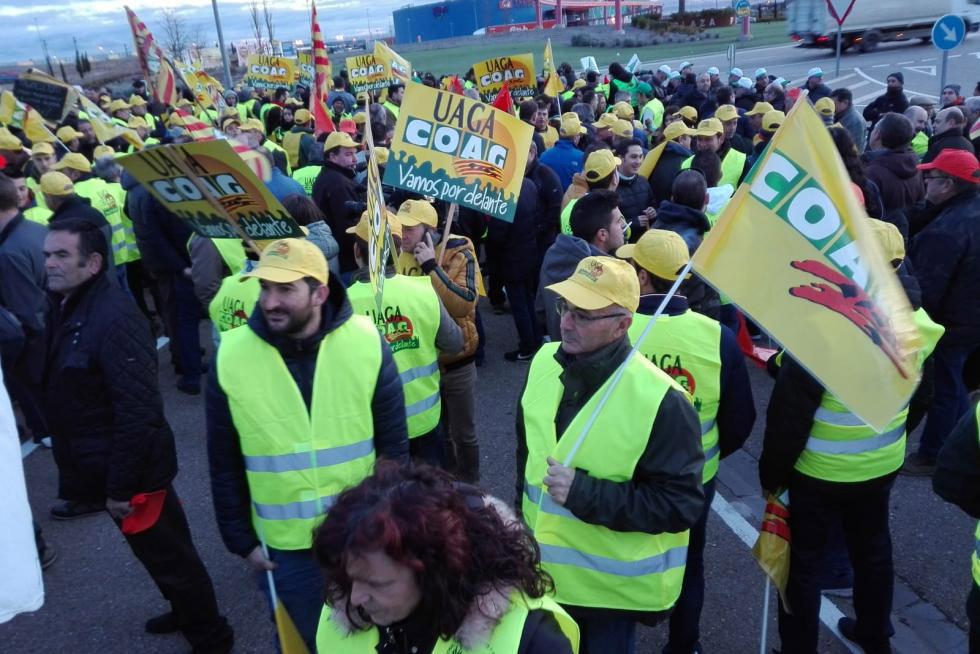 Los pagesos mostren la seua indignació pels baixos preus a Saragossa tallant la gran rotonda de PLA-ZA